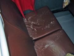 破片の散らばる座席